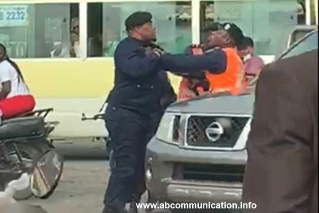 2 policiers s'entrent dedans sur Kabambare à Kinshasa ce 16 juin 2020.Vidéo. No comment.